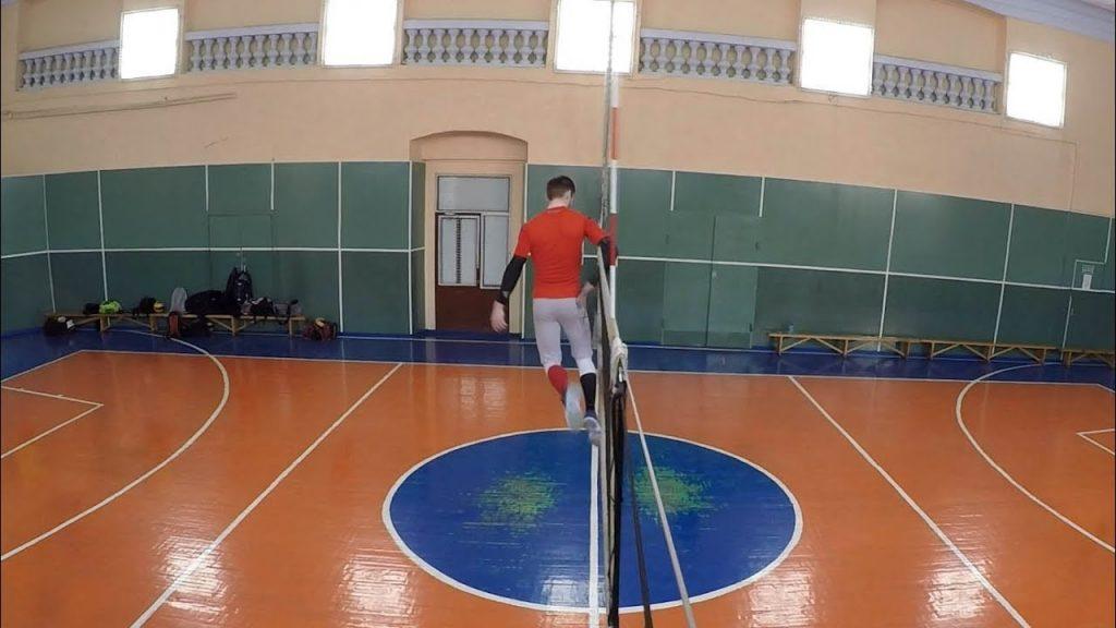 Любительский волейбол, вид сбоку. Нападение, прыжок, блок.