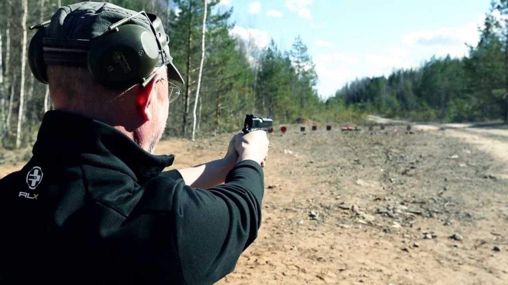 Стрельба из пистолета Colt M1911.